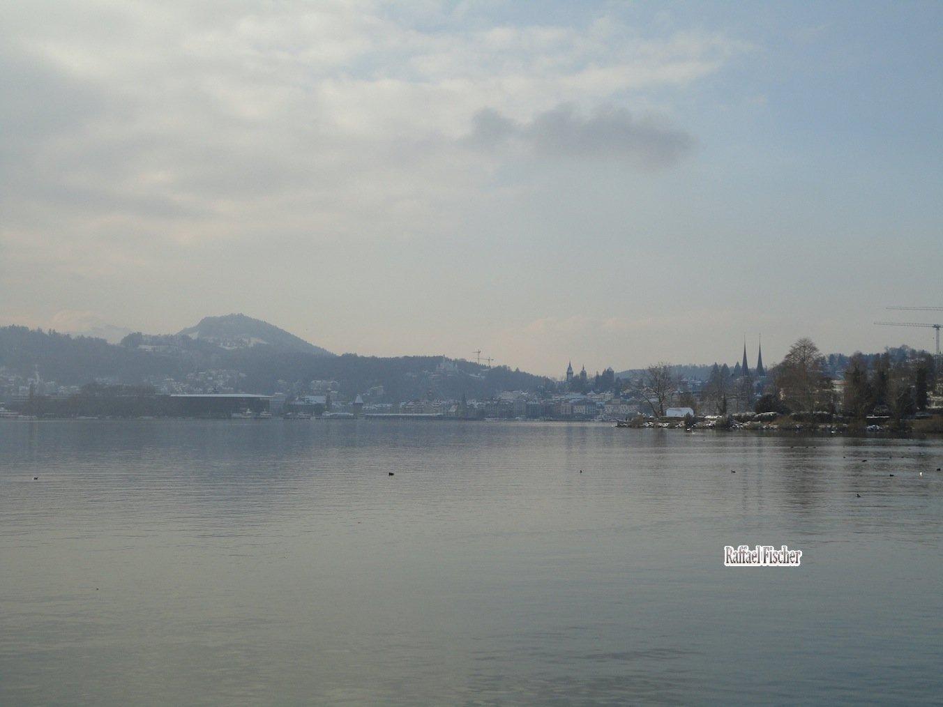 Blick über den See zum KKL und zur Kapellbrücke