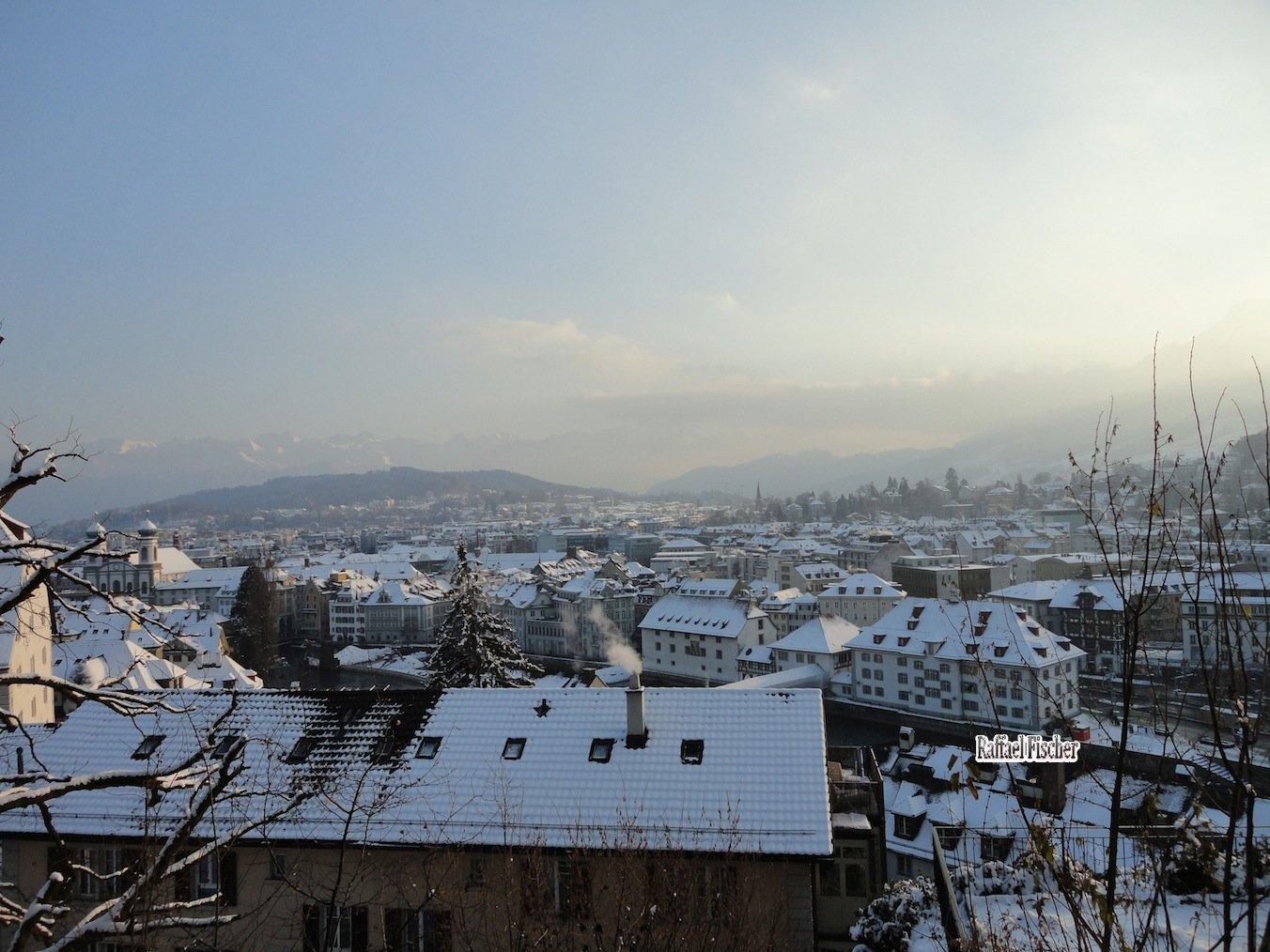 Schneeblick über die Luzener Dächern