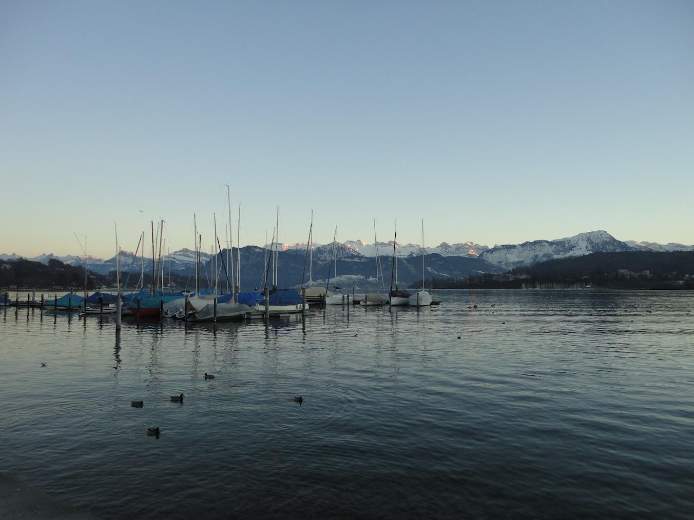 Bootshafen vor Bergkulisse